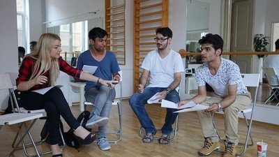 Am vorbit cu tinerii români care luptă ca să-i salveze pe puștii din orfelinate