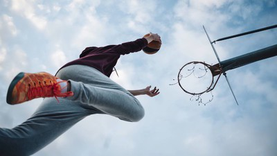 17-Jähriger hängt in Basketballkorb fest und kommt nicht mehr runter