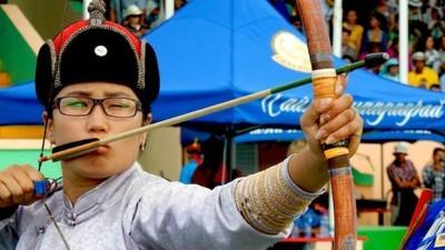 Fotografii cu femei din Mongolia care trag cu arcul ca Ginghis Han