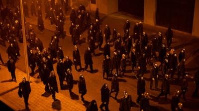 Een protestbeweging zonder gezicht paradeert door de straten van Nederland