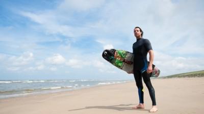 Merijn Tinga strijdt tegen oceaanplastic door te kitesurfen op een board van aangespoelde rommel