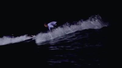 Hoe surfkampioen Alan Stokes zich voorbereidt op nachtelijke surfwedstrijden