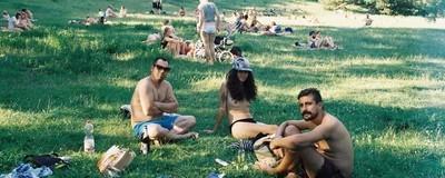 Krásný fotky nahatých Berlíňanů opalujících se o pauzách na oběd