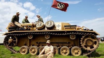 Nazivlaggen en een gouden AK-47: een bezoekje aan het grootste oorlogsfestival in Engeland