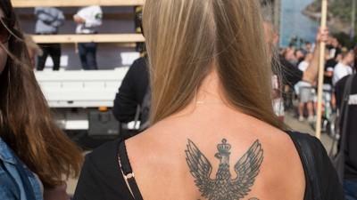 Kibice, motocykliści i nacjonaliści na rocznicy wybuchu Powstania Warszawskiego
