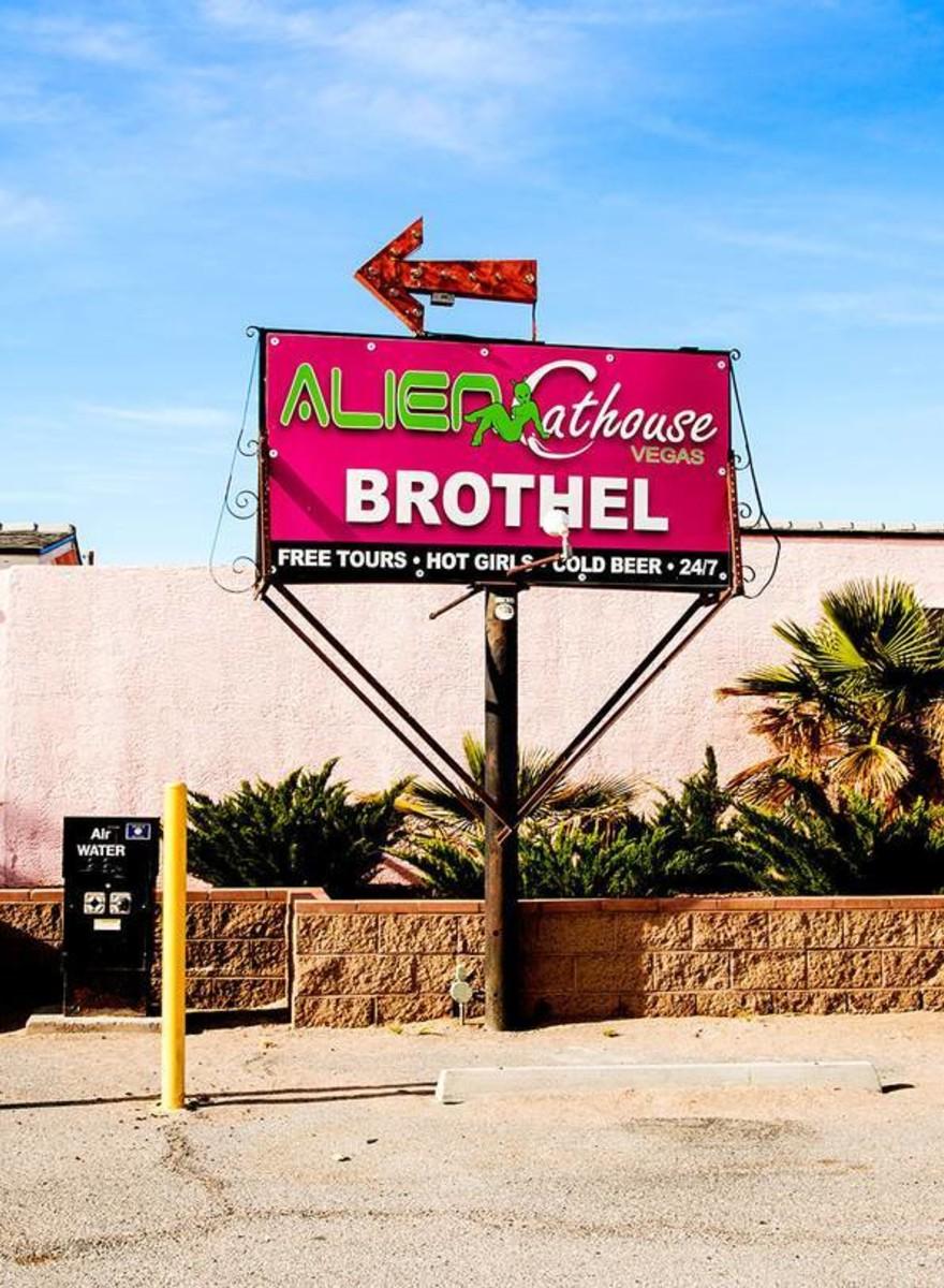 Foto's van het Alien Cathouse Brothel, het enige buitenaardse bordeel in Nevada
