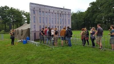 Un festival de muzică a copiat intrarea unui club de fițe, ca să-i enerveze pe oameni