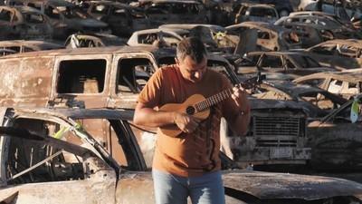 A homenagem da Música Portuguesa A Gostar Dela Própria aos carros ardidos no Andanças