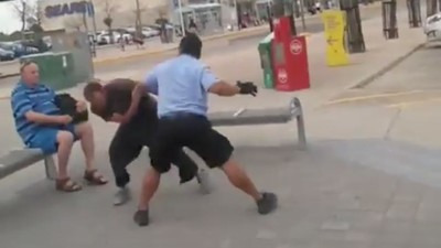 Este vídeo de un conductor de bus pegando a un tío que le escupe es toda una lección