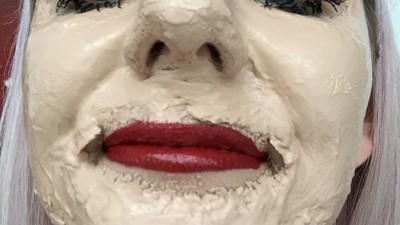 Porque é que há youtubers a meterem 100 camadas de maquilhagem na cara?