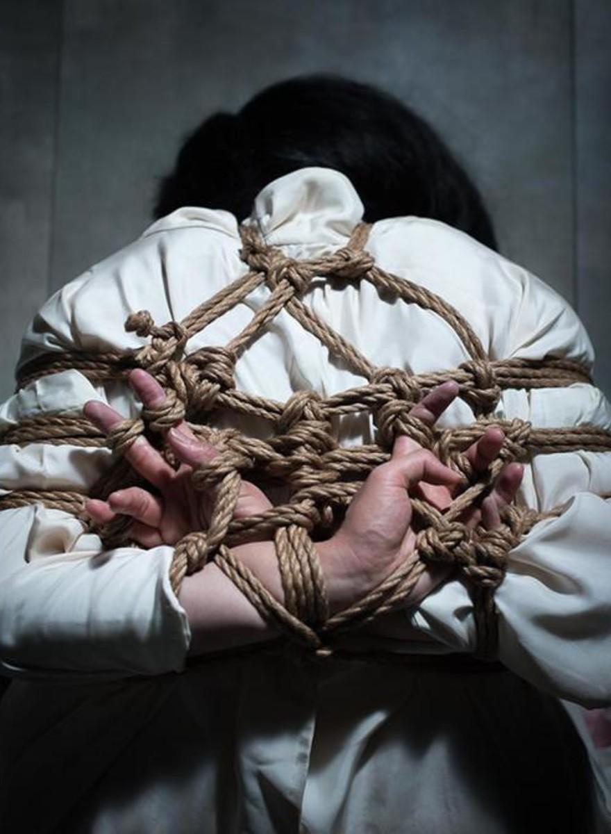 Fotos de una mujer que trata de sobresalir en la escena japonesa del bondage con cuerdas