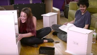 Jemand lässt Leute auf Drogen IKEA-Möbel zusammenschrauben