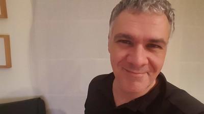 Este señor es la voz española de todos los realities tipo 'Empeños a lo bestia'