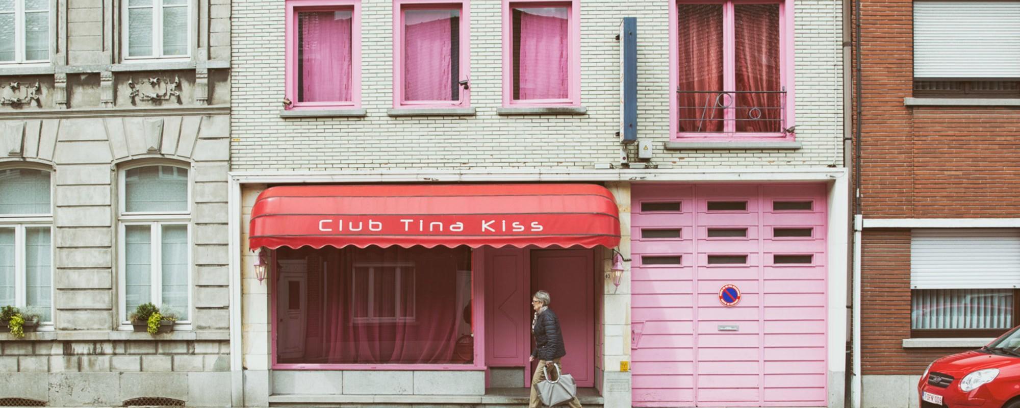 Foto's van een Belgische straat vol vervallen bordelen