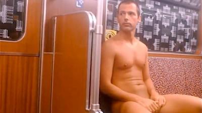 Einer Nackter fährt mit der U-Bahn durch Berlin und lässt sich dabei filmen