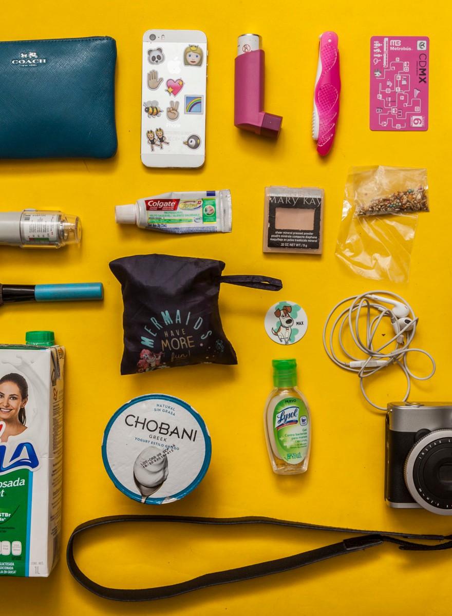 Esto es lo que cargan las mujeres mexicanas en sus bolsas