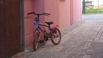 Polizist verfolgt flüchtigen Mofa-Fahrer auf Kinderfahrrad