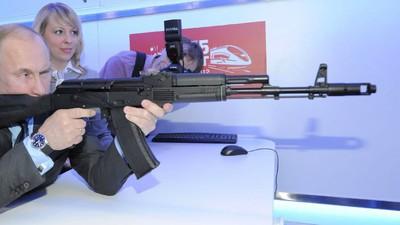 Iubitorii de AK-47 pot să cumpere suveniruri Kalașnikov de pe aeroportul din Moscova