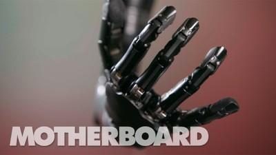 Urmărește brațul ăsta bionic controlat cu puterea minții