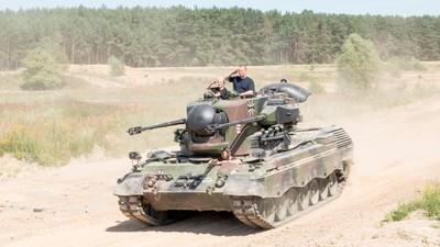 Ich bin in Brandenburg Panzer gefahren und es war bizarr und berauschend