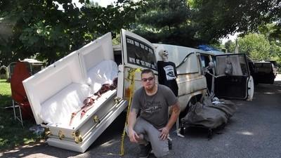 Los coleccionistas de carrozas fúnebres que tunean y presumen sus mórbidas naves