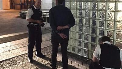 Dieser Typ hat sich direkt vor einer Polizeiwache etwas Koks gegönnt