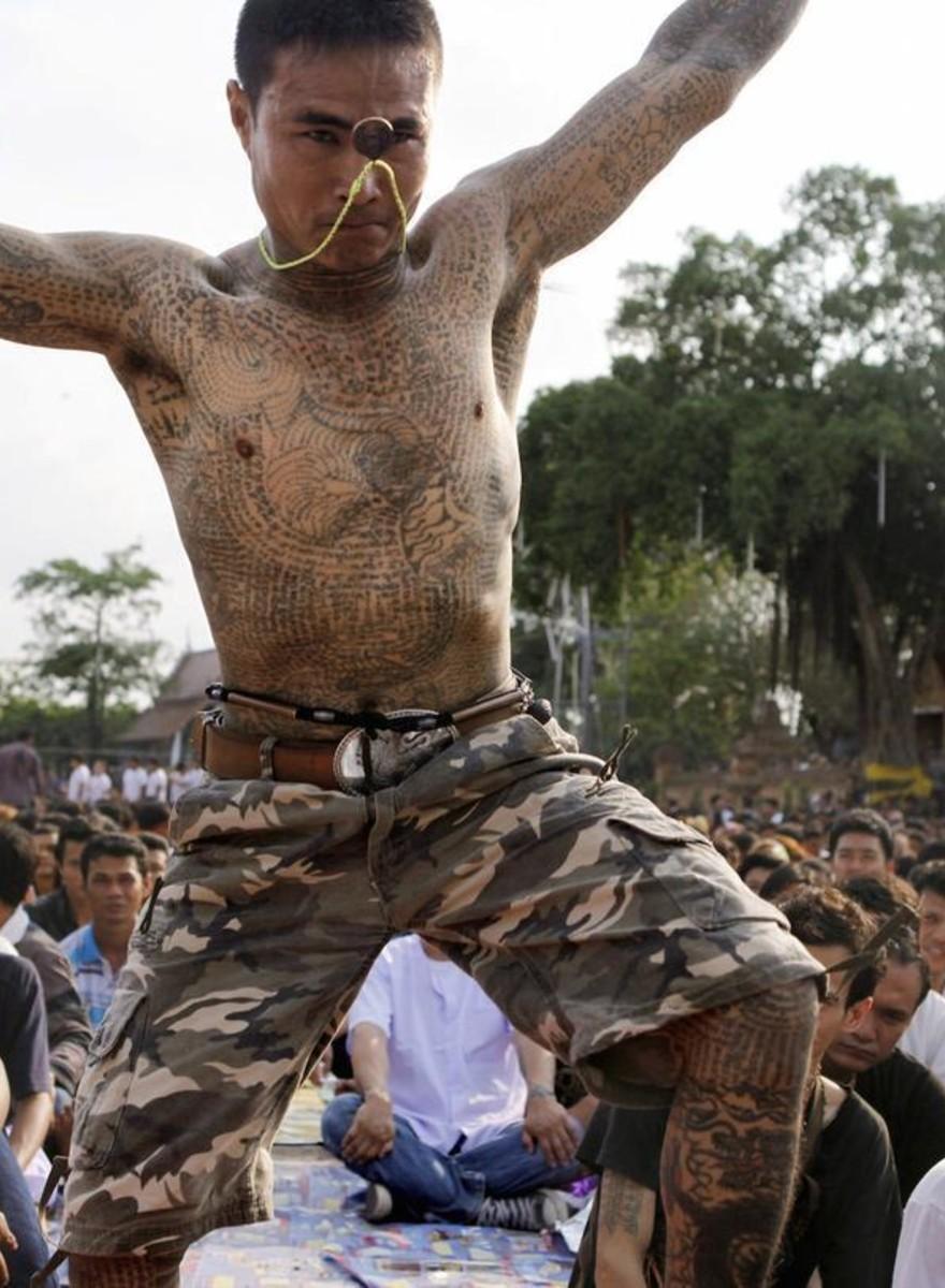 Foto dal festival buddista in cui gli uomini si credono animali