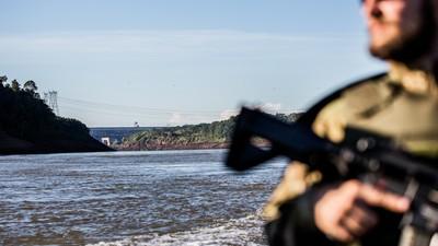 Uma caça aos piratas de cigarros na fronteira com o Paraguai
