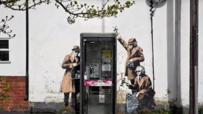 Tumban un mural de Banksy por error