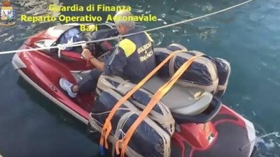 Il video della Guardia di Finanza che insegue due narcotrafficanti sulle moto d'acqua