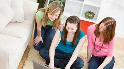 Tinejdžerske ljubavi i najbolje drugarice se međusobno terorišu na internetu
