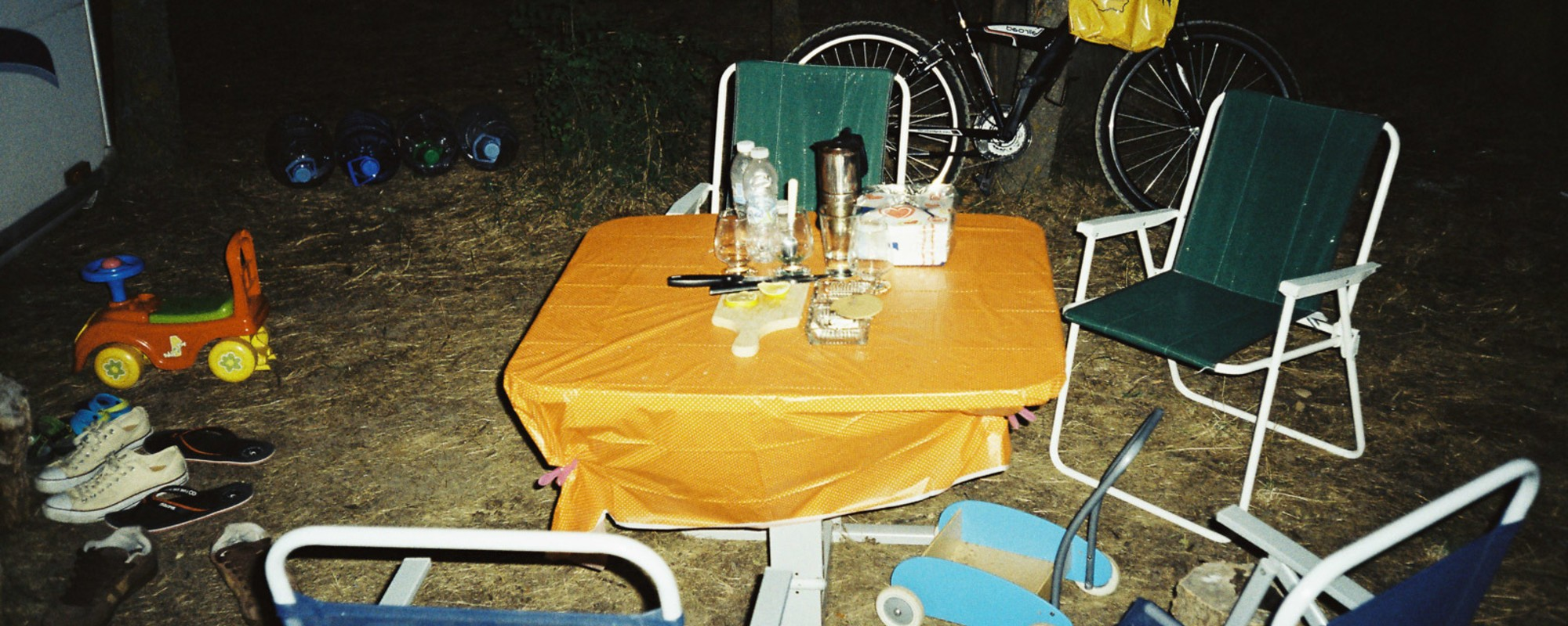 Fotografii cu pustietatea vieții la cort, lângă plaja Krapets din Bulgaria