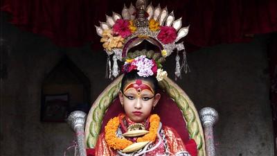 De jonge Nepalese meisjes die de grond nooit meer mogen raken