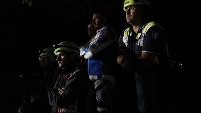 Una notte con i soccorritori dopo il terremoto