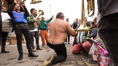 Fotos de cabezas de cerdo y pirámides humanas en el festival de trompetas más grande del mundo