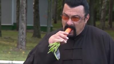 """Zobacz jak Steven Seagal je marchewkę i mówi słowo """"bulwa"""""""