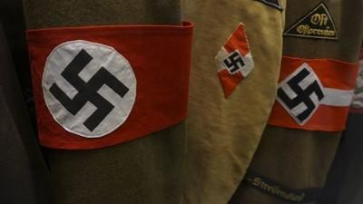 Schüler einer deutschen Schule in Argentinien feiern mit Hitlerbärten und Hakenkreuzen