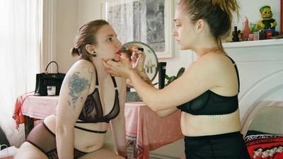 Lena Dunham y Jemima Kirke protagonizan una campaña de lencería libre de Photoshop