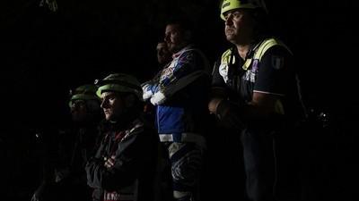 Een nacht met de reddingsteams die zoeken naar overlevenden van de Italiaanse aardbeving