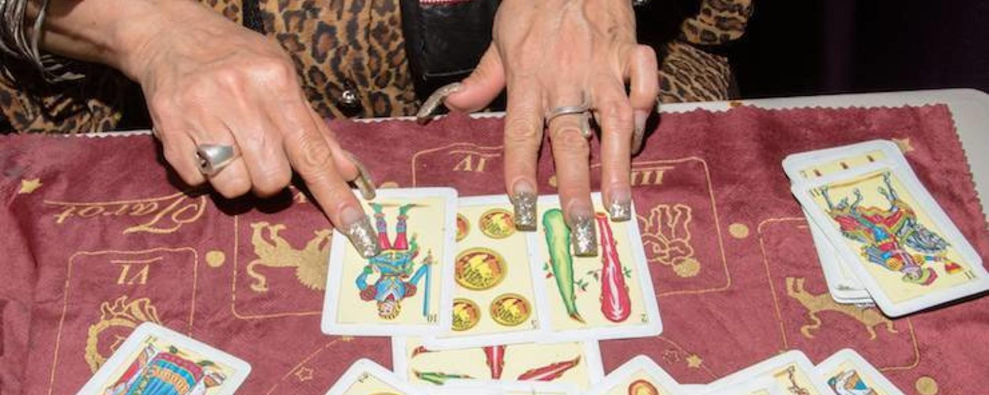 Bleší trh s čarodějnictvím, rituály a sexem