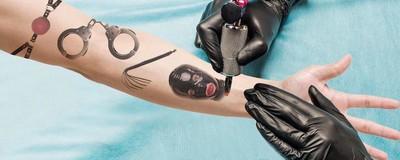 De stelletjes die opgewonden raken door elkaar onder te tatoeëren