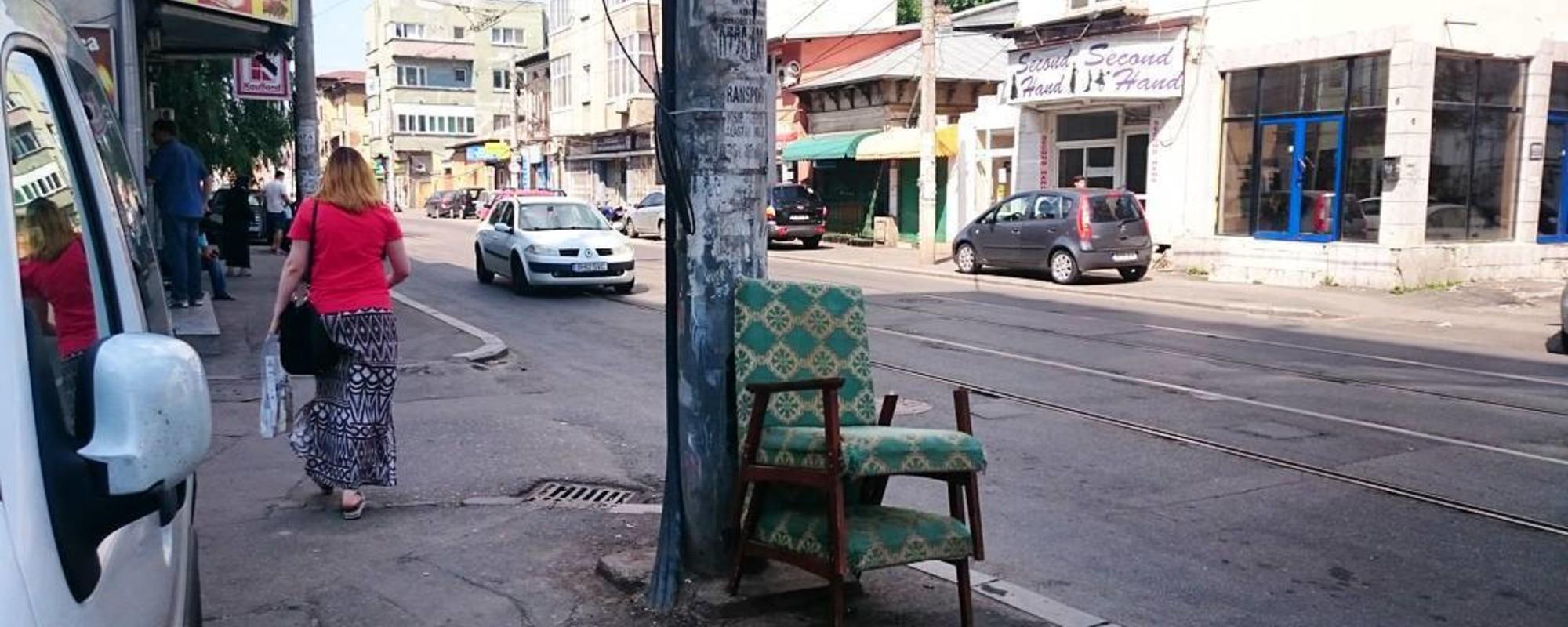 Fotografii cu scaunele și fotoliile abandonate de români prin București
