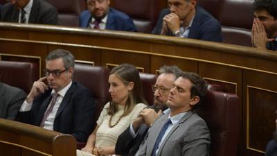 Un momento, ¿se quedó dormido Albert Rivera en medio del Congreso?