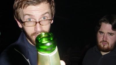 Cum îi convingi pe prietenii tăi români să nu se mai dea deștepți când aberează la bere