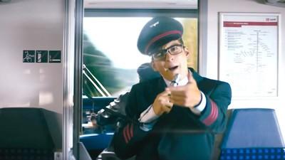 Eko Fresh rappt im neuen Werbespot der Deutschen Bahn—ja, das ist passiert