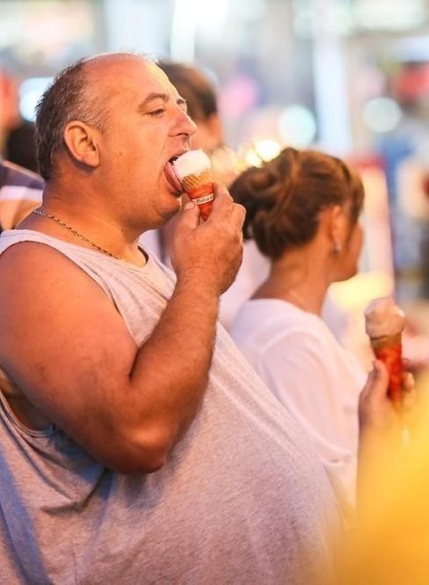 Fotos de hombres tristes en una feria rumana