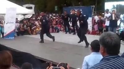 Mira a estos policías tirando barrio en la pista de baile