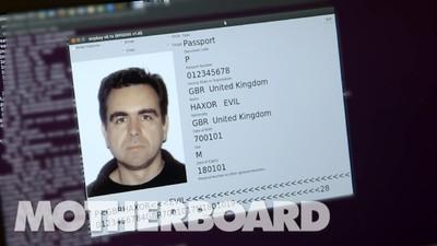 Un hacker îți arată cât de ușor e să spargi un pașaport sau un card de credit