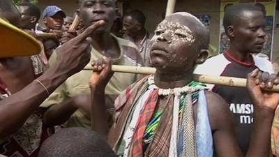 Turiștii din Uganda se adună să urmărească ritualuri de circumcizie