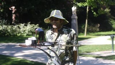 Rik kookt met de zon op zelfgemaakte solar cookers